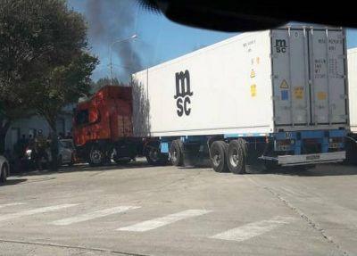Estibadores y transportistas bloquean el Puerto marplatense