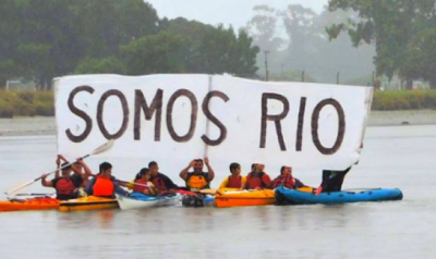 """Masiva """"remada"""" contra la contaminación en el Río Quequén"""