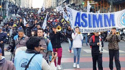 Motoqueros marchan a Producción por el fin del fraude laboral en las plataformas