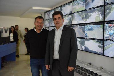 Ritondo entregó móviles en Luján y recorrió un nuevo centro de monitoreo en Moreno