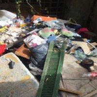 Sacaron cuatro camiones de basura de una casa usurpada