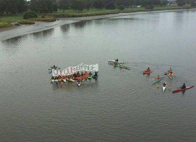 Kayakistas remaron por un río Quequén libre de contaminación