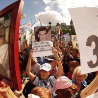 Una multitudinaria marcha a la Plaza de Mayo contra el olvido