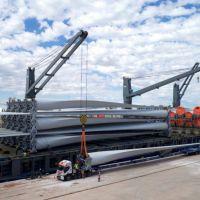 Llegaron al puerto de Bahía equipos para un parque eólico de YPF Luz
