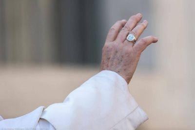 ¿Por qué no le gusta al Papa que le besen el anillo?