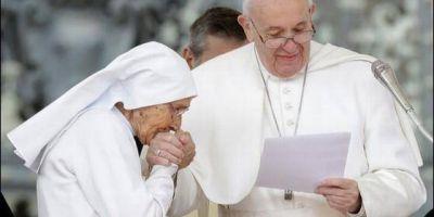 El papa Francisco vuelve a permitir que le besen su anillo tras el polémico video