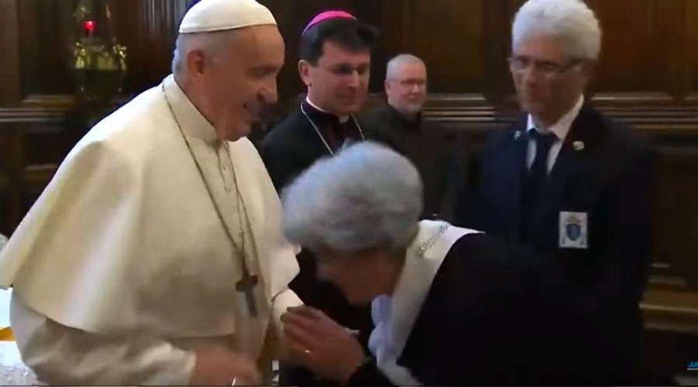 El Papa Francisco explica por qué no quería que le besen el anillo
