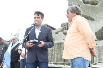 En una fecha especial, López entregó las llaves de la sede para los excombatientes