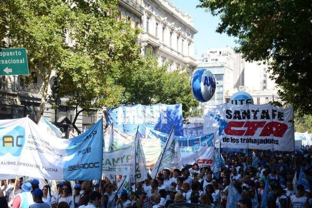 Las centrales sindicales marchan contra las políticas económicas del Gobierno: el mapa de los cortes de calle