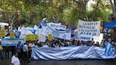 La CGT mendocina se sumó a la convocatoria nacional y marchó contra