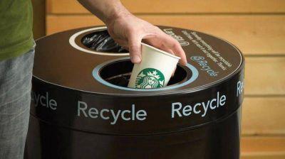 Con vasos más ecológicos, Starbucks duplicará material reciclable para 2022