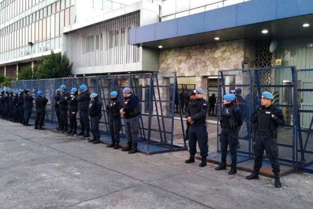 Trabajadores de la gráfica Interpack fueron despedidos por Whatsapp y recibidos por la infantería