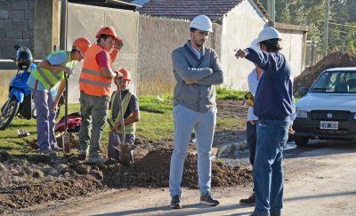 Galli recorrió la obra de cloacas en barrio Evita