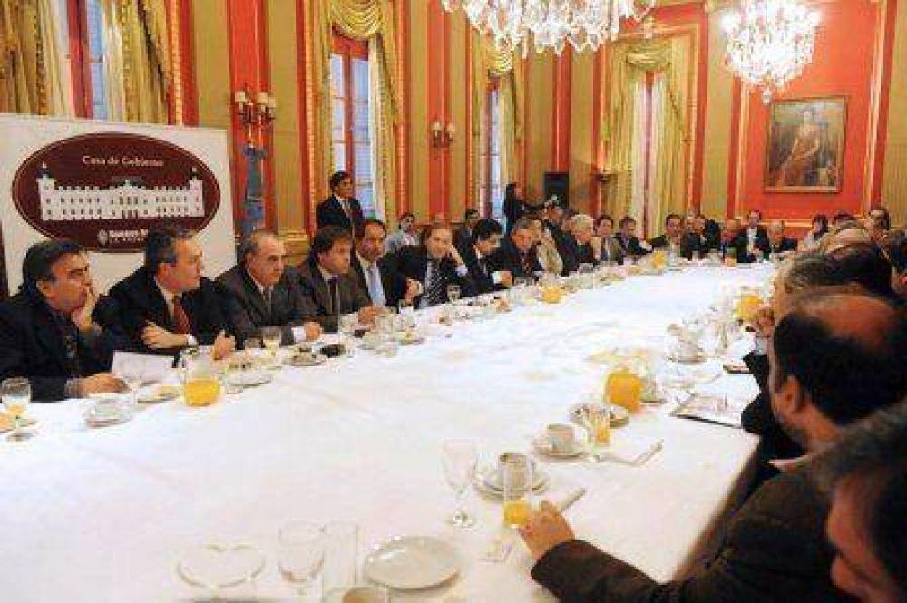 Scioli analizó con 50 intendentes la reforma impositiva, participó Golía