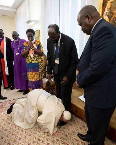 El impactante gesto del Papa Francisco para conmover a los contendientes de la guerra civil en Sudán del Sur