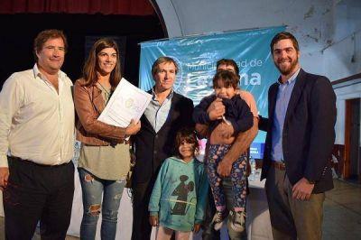 Entrega de escrituras a vecinos de Lezama con funcionarios Provinciales