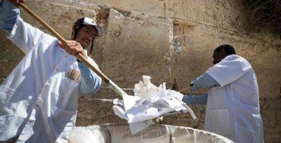 Se retiraron todos los mensajes del Muro de los Lamentos, como cada año antes de Pesaj