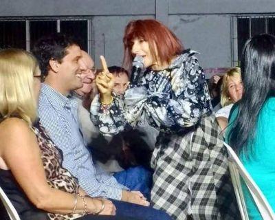 """Maxi Abad lleva adelante una particular campaña junto a """"Zulma"""" (Gladys Florimonti)"""