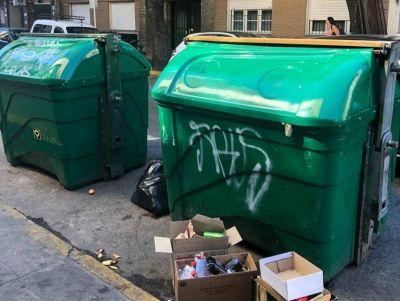 Vecinos molestos por los olores que emanan de los contenedores de residuos