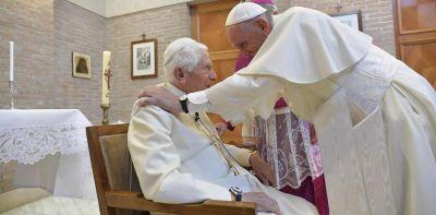 Benedicto XVI cumple 92 años y escala la polémica por las críticas al papa Francisco
