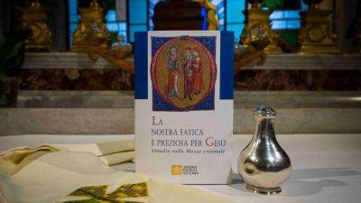 El Papa regala a los sacerdotes el libro de sus homilías en las Misas Crismales