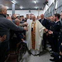 Jueves Santo: el Papa Francisco lavó y besó los pies de 12 presos en Roma