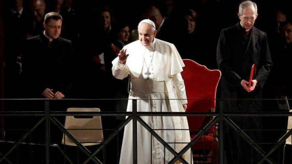 El Papa pidió por los inmigrantes y los sin techo en el Vía Crucis