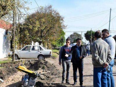 López observó el avance del cordón cuneta en la segunda cuadra de Barrio Sur