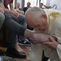 """El Papa lava los pies de 12 detenidos: """"No pisotear a los demás, sino servirles"""""""