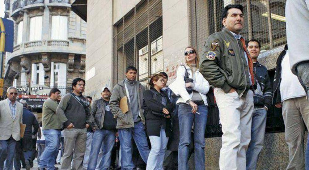 Según la UCA, menos de la mitad de los argentinos activos tienen un empleo