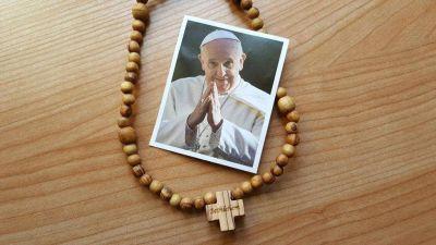 El Papa dona 6 mil rosarios de la JMJ a los jóvenes de Milán por su onomástico