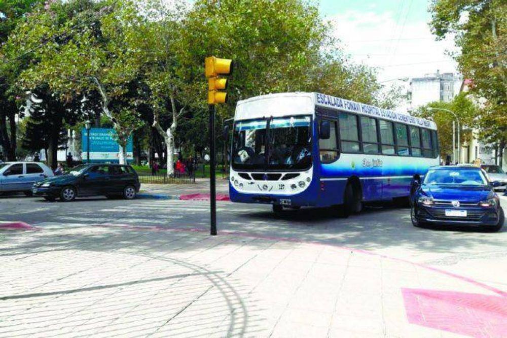 3 DE JULIO: Continúan las manifestaciones frente al municipio por los puestos de trabajo de los sesenta choferes