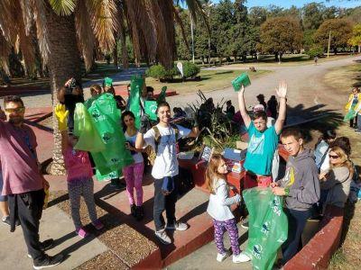 Jovenes dedicaron un domingo a limpiar el Parque