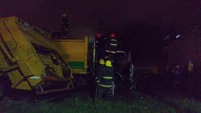 Tres camiones y una traffic se incendiaron en Puerto San Martín