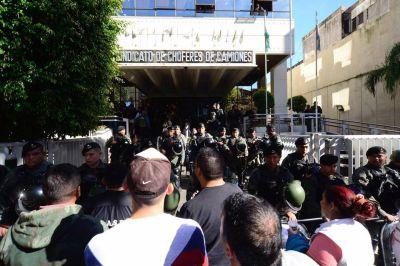 Cinematográfico allanamiento a Camioneros, a seis días del paro general