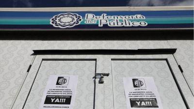 Por falta de pago, los trabajadores de la defensoría del Público cerraron el Stand en la Feria del Libro