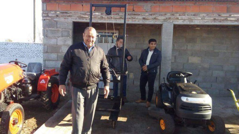 Sánchez recorrió obras en el Cementerio y puso en marcha un nuevo elevador de ataúdes