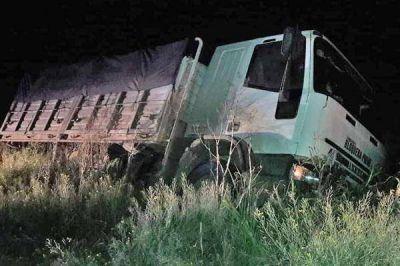 Un camión se quedó sin frenos y terminó dentro de una zanja