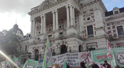 Video: Casineros de paro y movilización en La Plata en rechazo al cierre de la sala de juego de Necochea