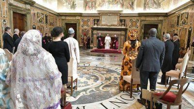 """El Papa a nuevos Embajadores: """"Diálogo fraterno, camino hacia la paz"""""""