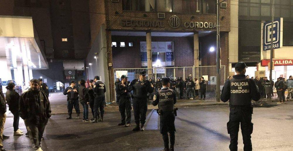 Con una patota y la policía, la UTA Córdoba recuperó la sede del gremio