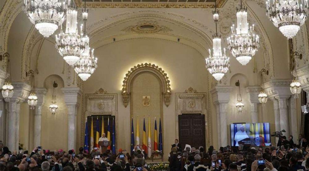 """El Papa afirma ante las autoridades rumanas que """"la Iglesia católica no es extranjera"""""""