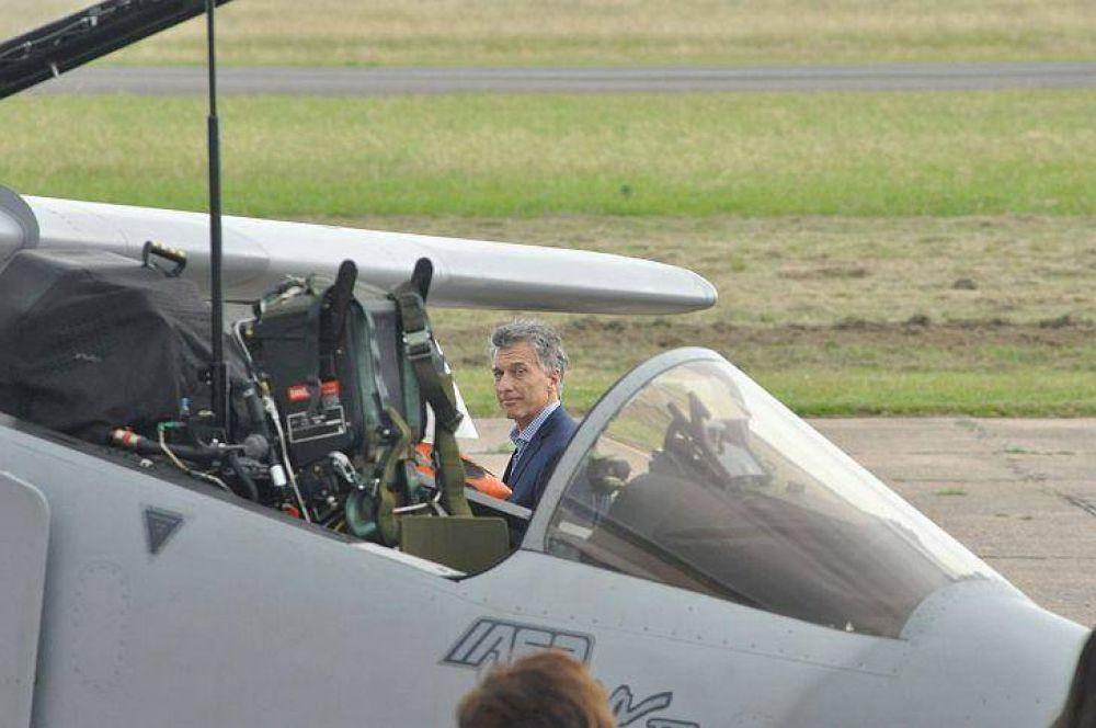 Mauricio Macri recorre una central nuclear e inaugura una planta de aerogeneradores