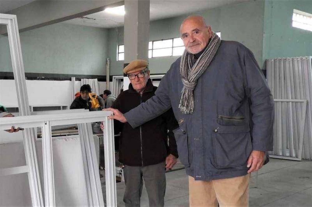 El municipio entregó ventanas para acondicionar el Centro de Jubilados del Barrio Sur