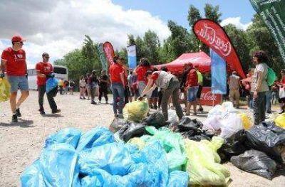 Los empleados de Coca-Cola limpian diversos entornos naturales
