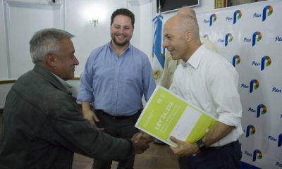 Unas 129 familias recibieron escrituras de viviendas