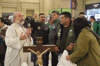 Emotivo homenaje de camioneros y La Alameda a Mauricio Silva, cura barrendero desaparecido en la dictadura