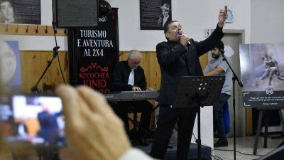 El tango le ganó a la lluvia y los adultos mayores disfrutaron el 2×4 en Quequén