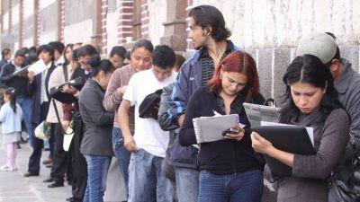 Por la baja de salarios, más gente ocupada busca nuevo empleo