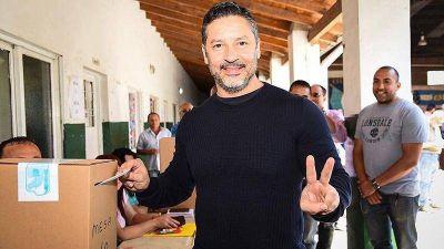 Gustavo Menéndez va por su reelección y lleva de primer candidata a concejal a Karina Menéndez